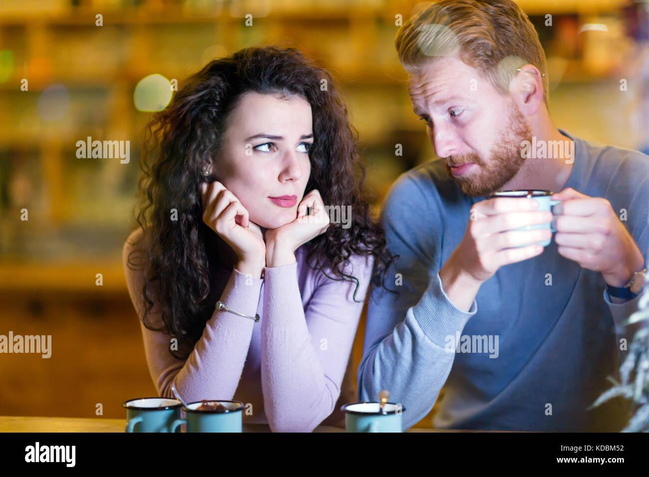 Jeune beau couple rencontre des problèmes sur la date Photo Stock
