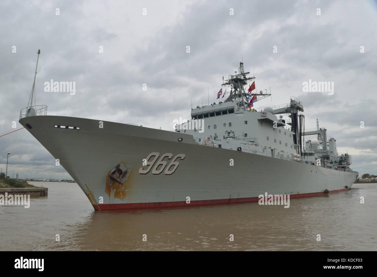 Svitzer remorqueur aider départ du navire de ravitaillement de la Marine chinoise AOR 966 Gaoyouhu PLAN du Photo Stock