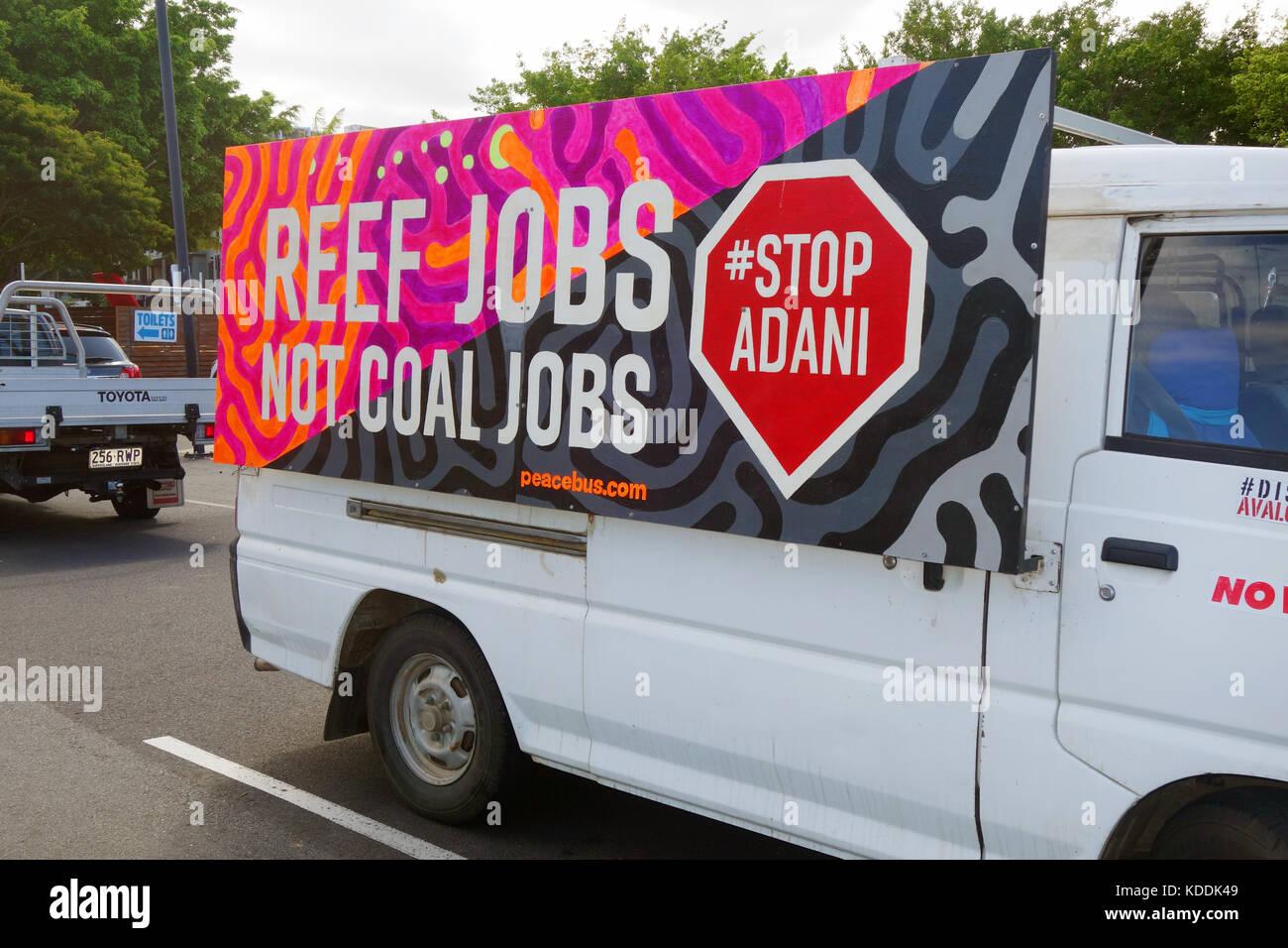 Arrêter Adani placard sur passer van, Cairns, Queensland, Australie. Pas de PR Photo Stock