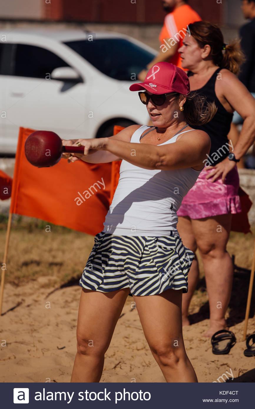 Cabedelo, PARAÍBA, BRÉSIL - 7 octobre 2017 - femme sur la plage, dans la formation du circuit fonctionnel Photo Stock