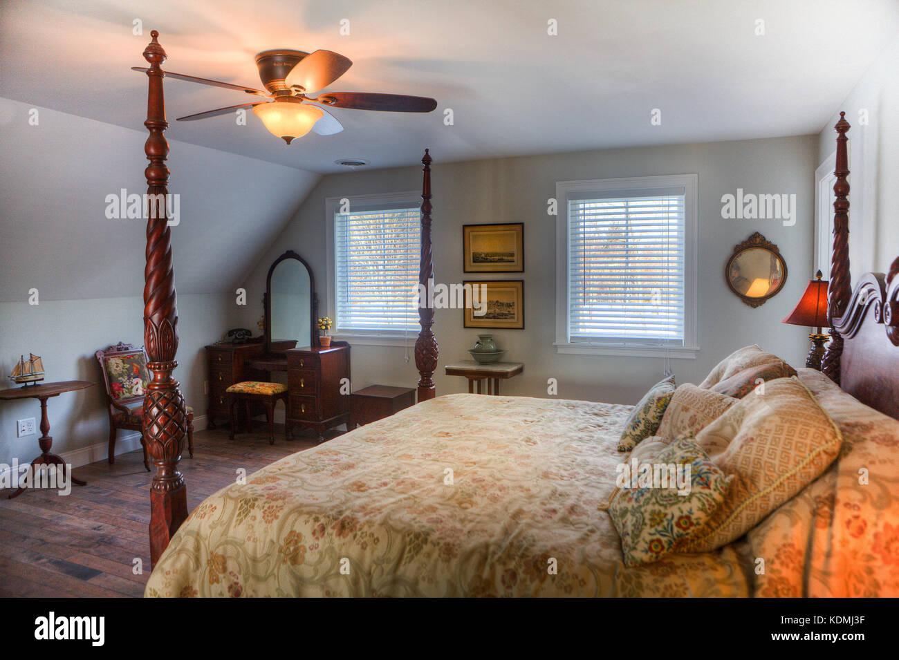 Chambre Et Salle De Bain Attenante chambre avec lit à baldaquin, une table de chevet