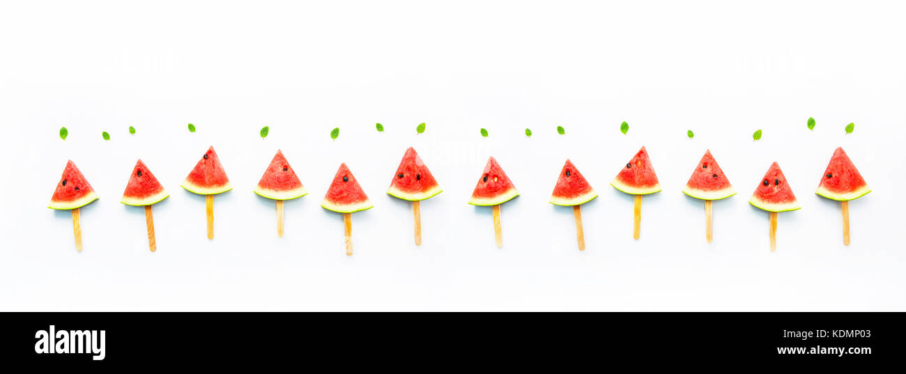 Watermelon slice popsicles et monnaie de papier blanc sur fond de bois. Photo Stock