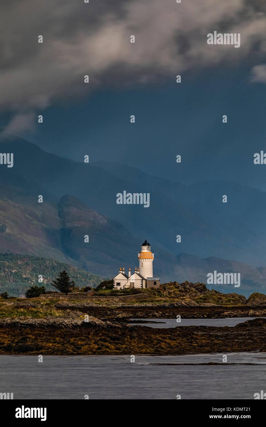 Un phare sur un îlot de marée sur un jour de tempête Banque D'Images