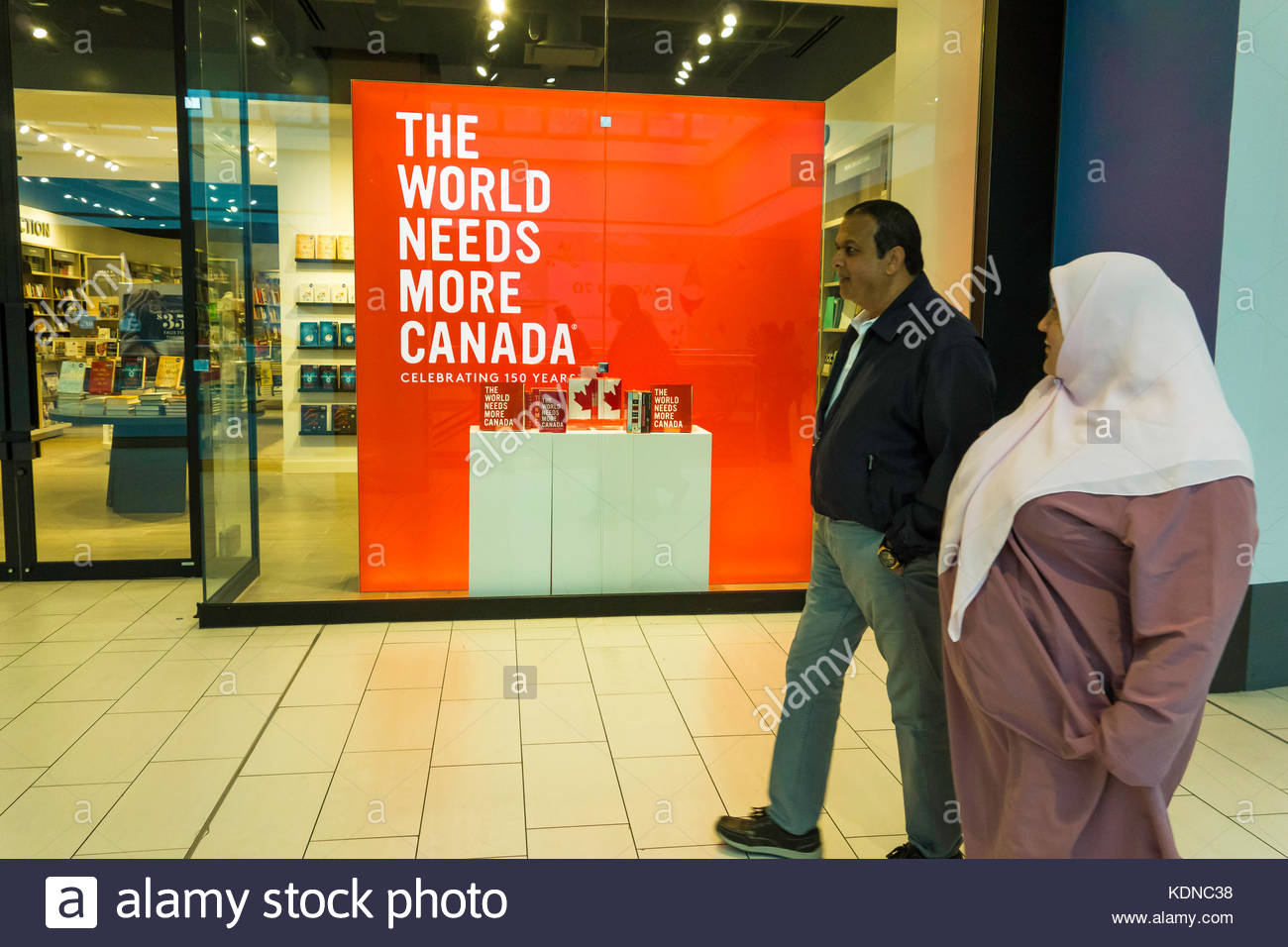 Le nationalisme du multiculturalisme l'homme et de la femme musulmane du shopping dans le centre-ville de Scarborough, Photo Stock