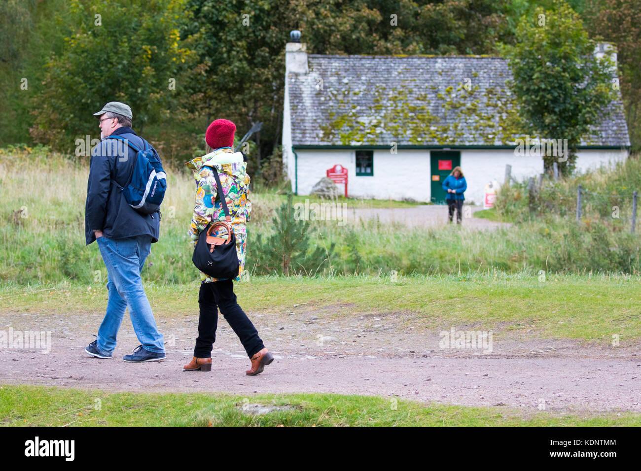 Les randonneurs à pied autour du magnifique Loch an Eilein sentier à travers la forêt rothiemurchus sur le domaine Banque D'Images
