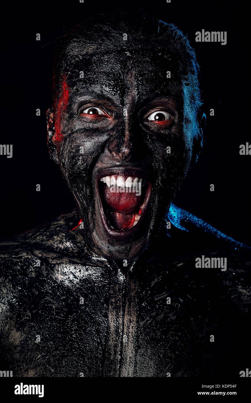 Sale vampire en colère attaque sur fond noir Photo Stock