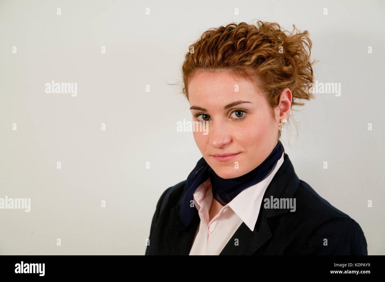 Portrait de jeune hôtesse de l'air, regardant la caméra. Photo Stock