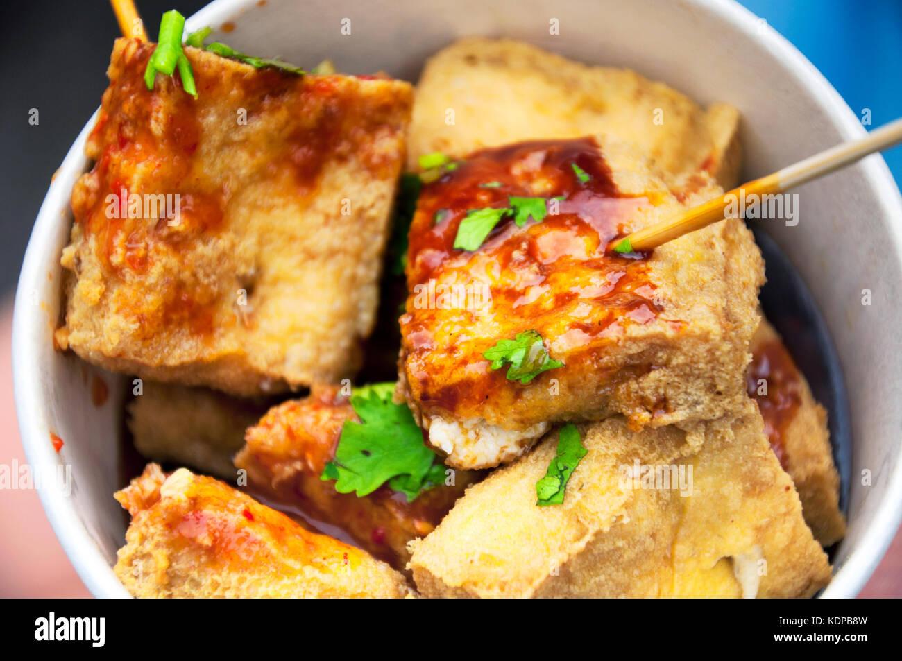 Une collation de chou doufu ou stinky tofu dans la vieille ville de xitang à jiashan county, province de Zhejiang Photo Stock