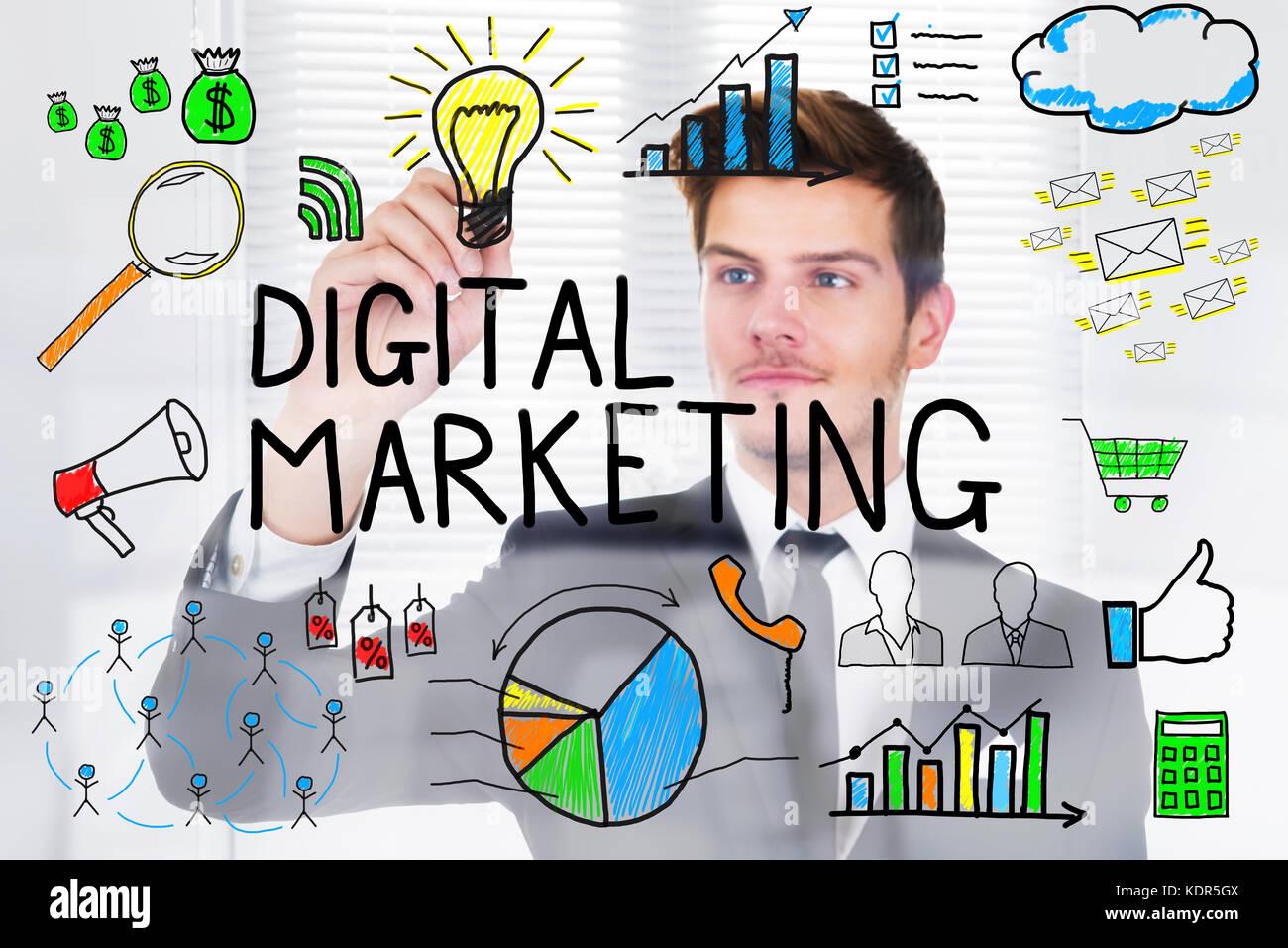 Successful businessman concept marketing numérique dessin sur du verre transparent in office Banque D'Images