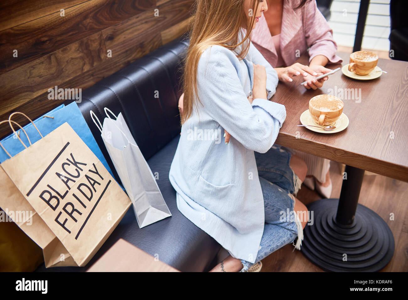 Les femmes dans le café du centre commercial Photo Stock