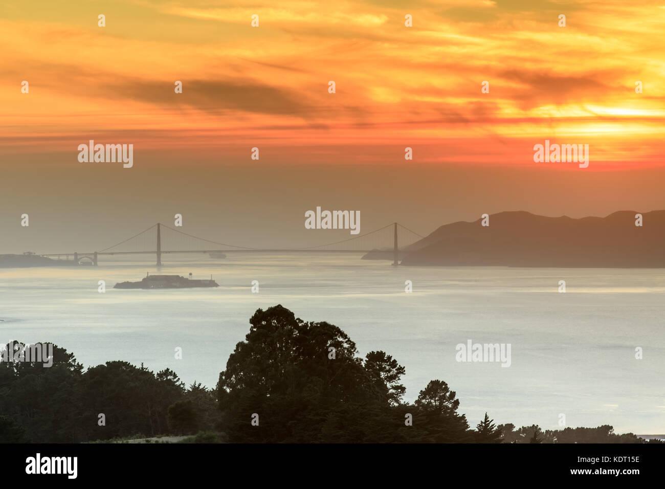 Fiery smoky coucher de soleil sur le golden gate bridge. Photo Stock