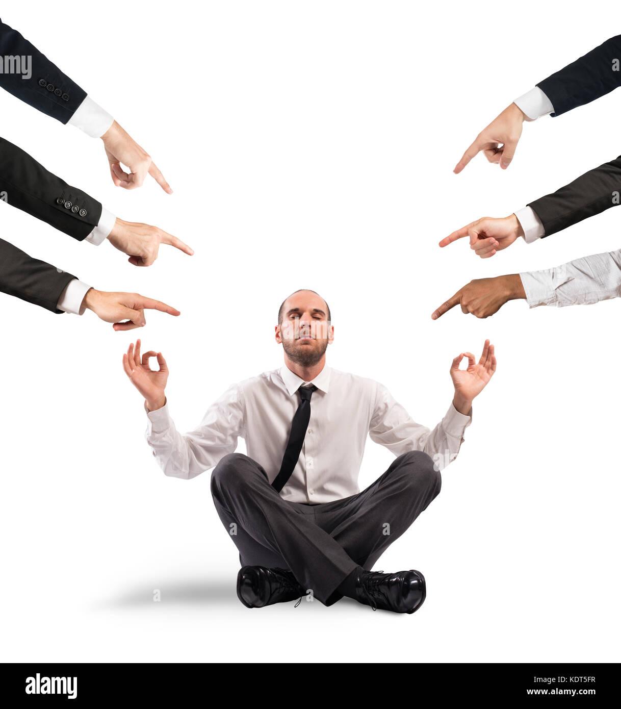 En vertu de l'homme d'affaires décontractée les accusations de ses collègues Photo Stock