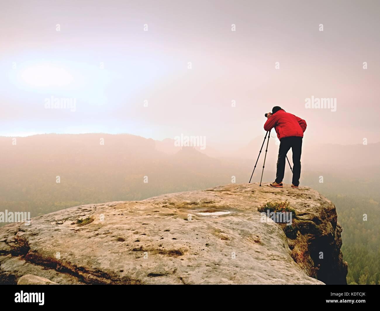 Photographe professionnel travail sur la crête. photographe de la nature prend des photos avec l'appareil Photo Stock