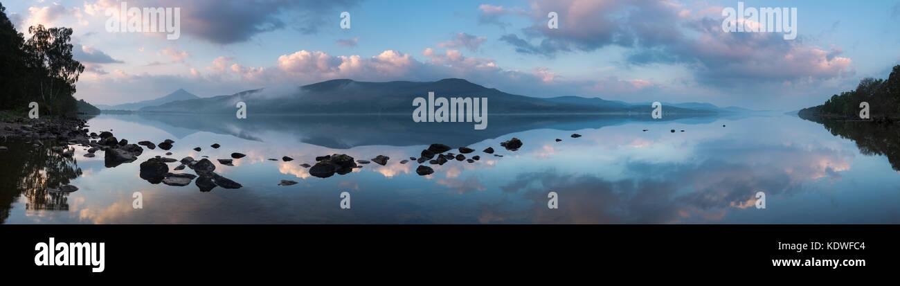 Station House reflète dans le Loch Rannoch à l'aube, Perthshire, Écosse, Royaume-Uni Photo Stock
