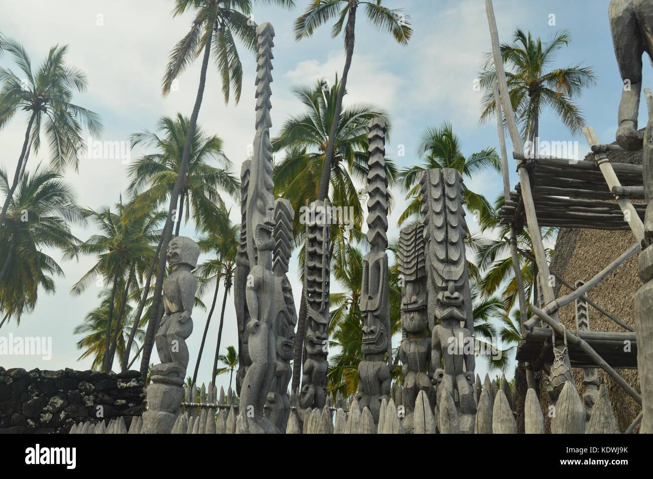 Les Tikis dans Native Hawaiian House, Big Island, Etats-Unis, Etats-Unis. Photo Stock