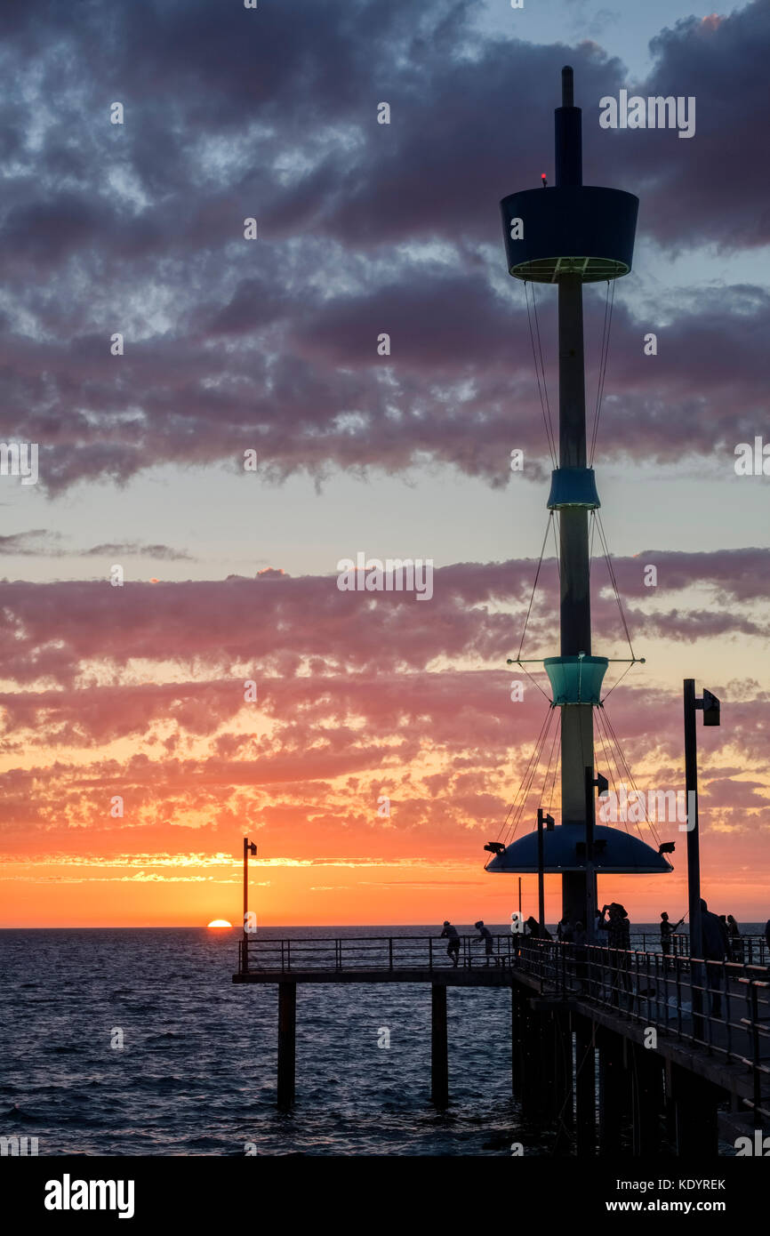 Les gens apprécient un superbe coucher du soleil au bord de la mer, sur la jetée de Brighton sur un doux Photo Stock