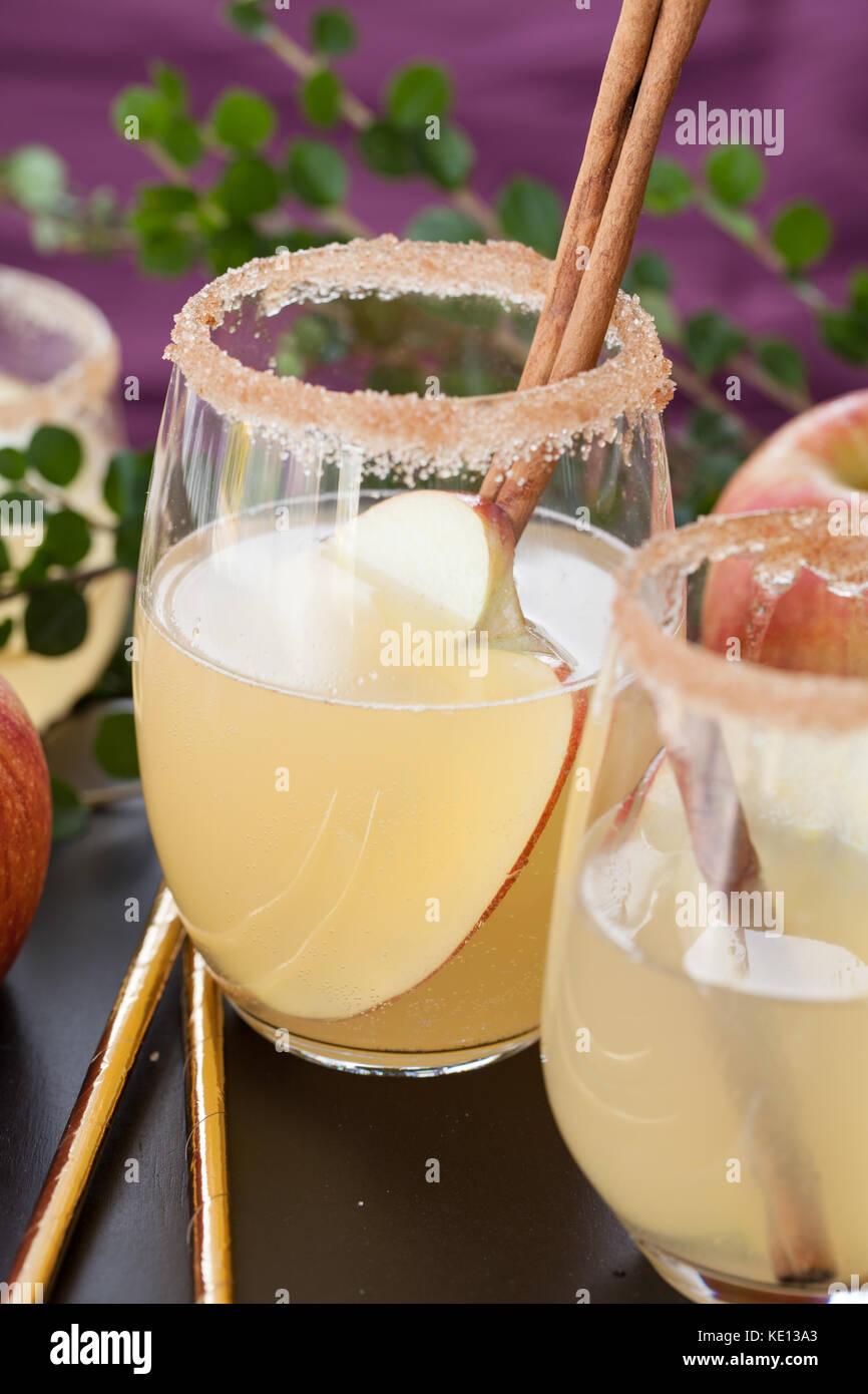 Cocktail de fruits avec apple et des bâtons de cannelle Photo Stock