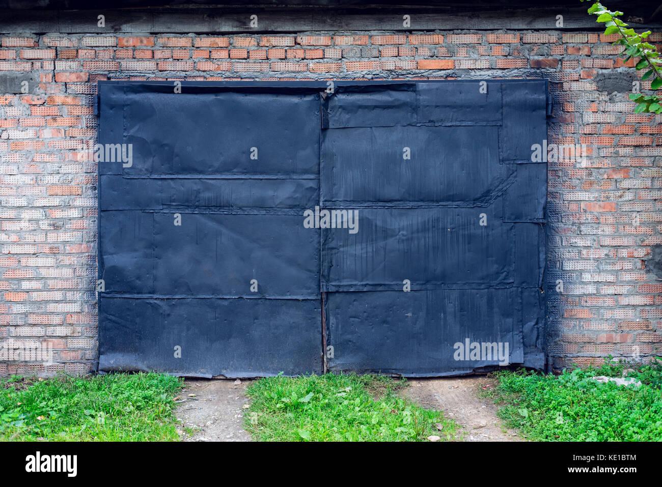 Ancien Peint Peinture Noire Sur Garage Dans La Nature Porte