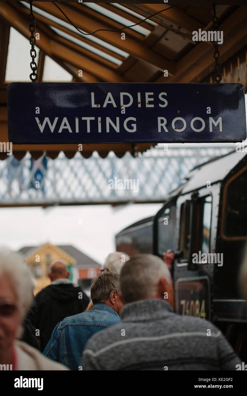 Un panneau suspendu à une plate-forme à une station de train qui lit, 'chers salle d'attente', uk Banque D'Images