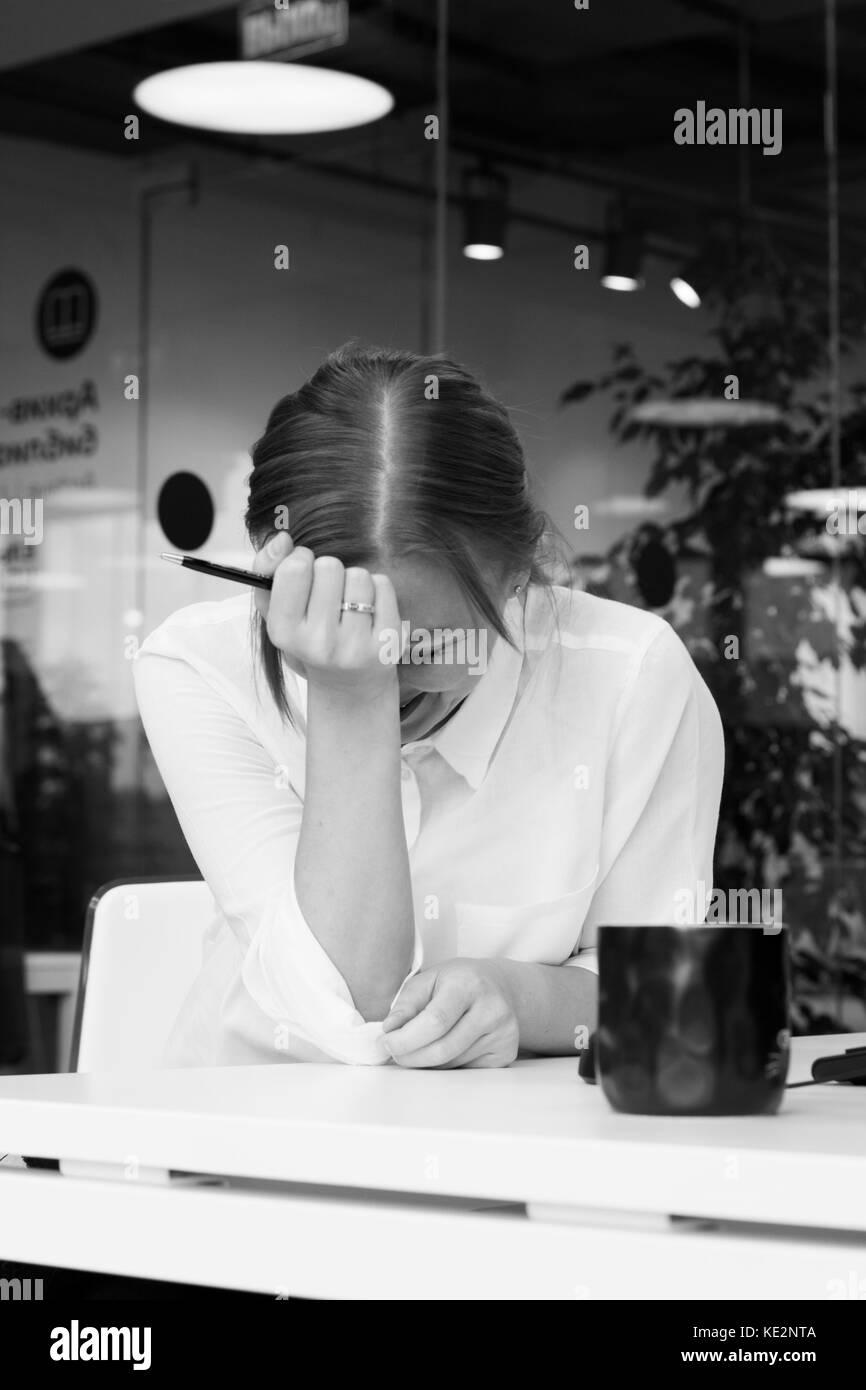 La jeune femme dans le bureau, crée un nouveau projet, rire. vertical, noir et blanc Banque D'Images