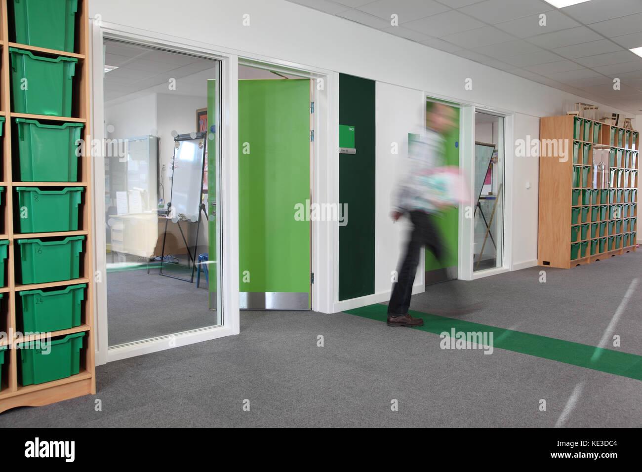 un code de couleur couloir salle de classe dans une nouvelle école