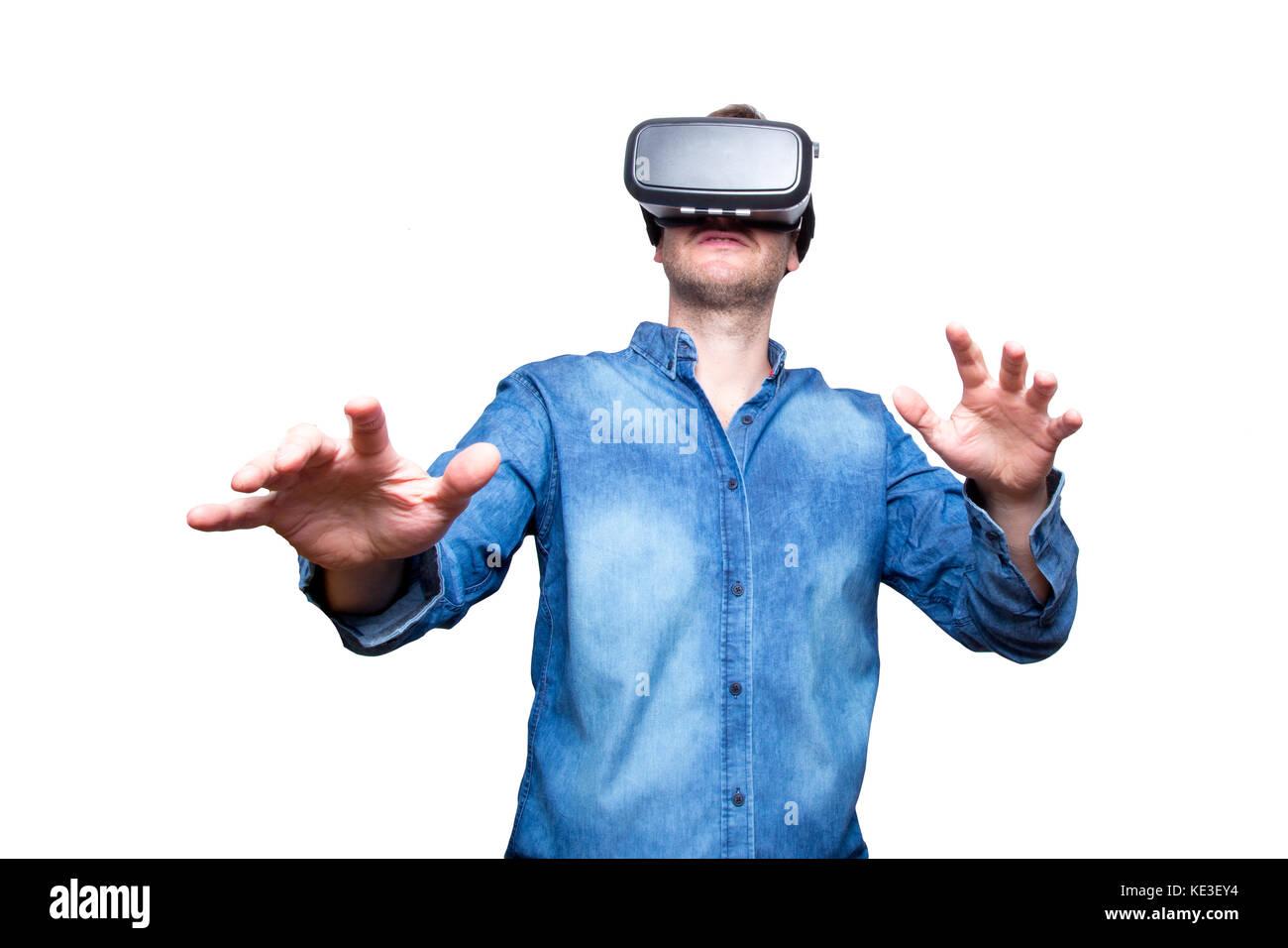 Gros plan du jeune homme barbu portant des lunettes de réalité virtuelle  avec l aide b576fed58c5d