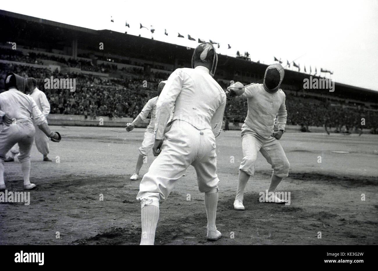 1938 concurrents masculins, historique. L'escrime au centre de l'immense stade de Strahov, Prague, Tchécoslovaquie Photo Stock