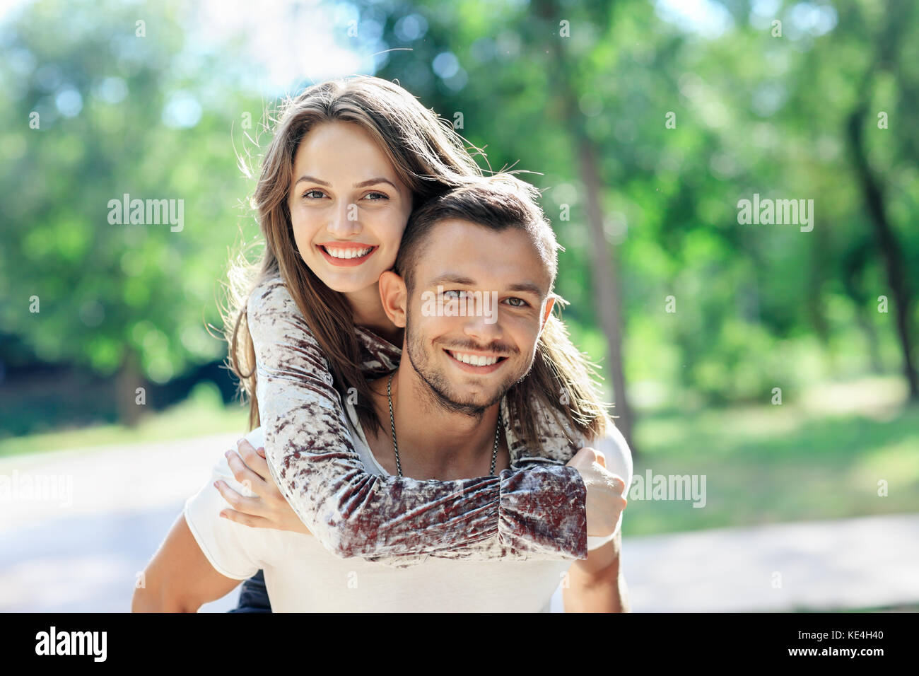 Les amateurs de plein air portrait of happy young man and woman looking at camera. Smiling girl profiter de son Photo Stock