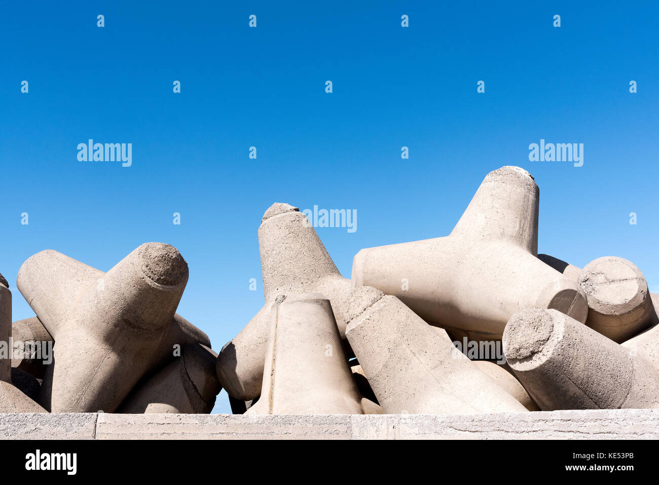 L'homme a fait des blocs de béton, des tétrapodes, agir comme défense côtière autour Photo Stock