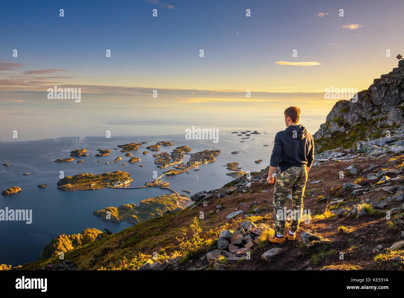 Randonneur debout au sommet du mont festvagtinden sur les îles Lofoten en Norvège Photo Stock