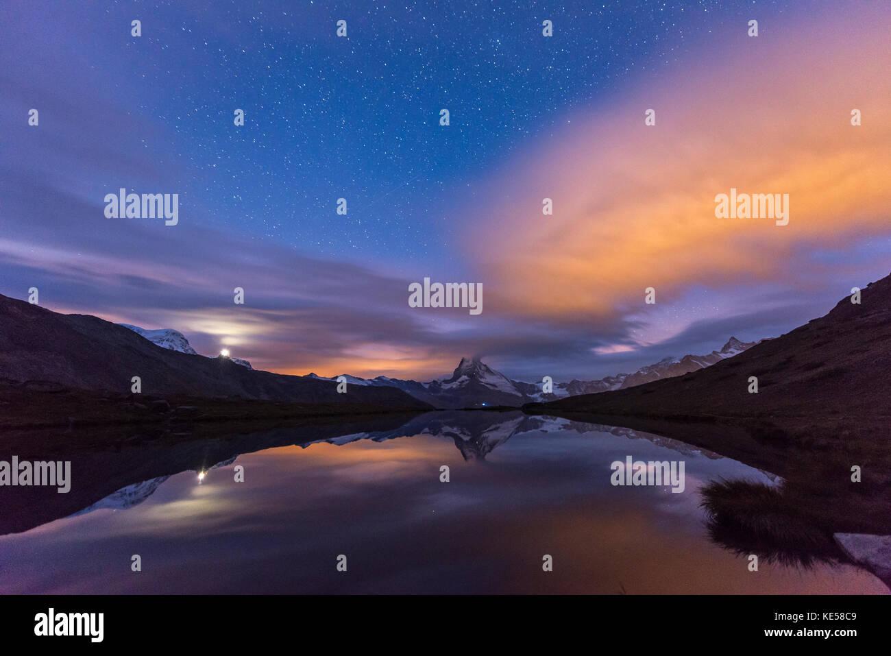 Matterhorn reflétée dans le stellisee à l'aube, Zermatt, Valais, canton du Valais, Suisse Photo Stock