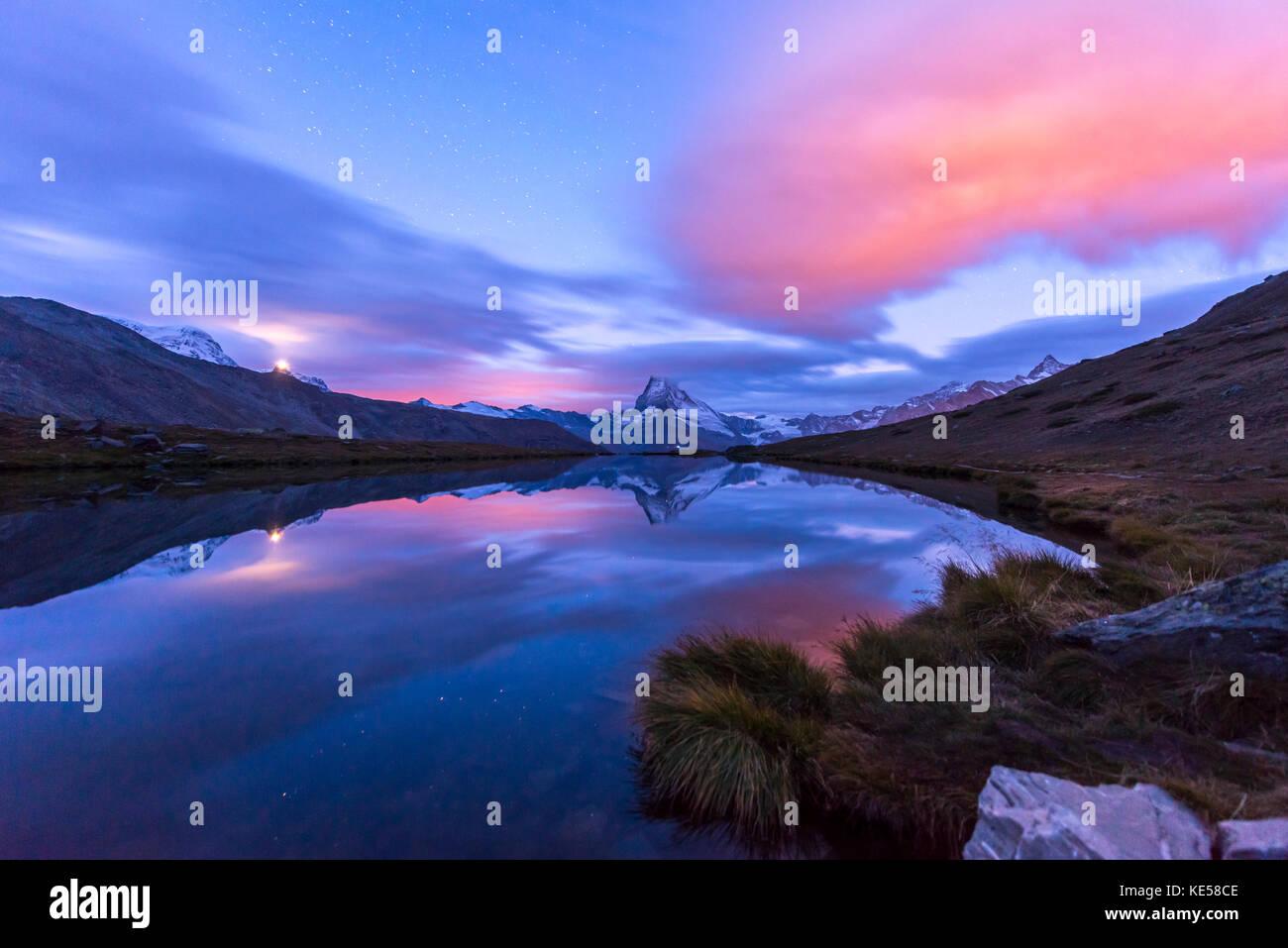Matterhorn est reflétée dans le stellisee à l'aube, Zermatt, Valais, canton du Valais, Suisse Photo Stock