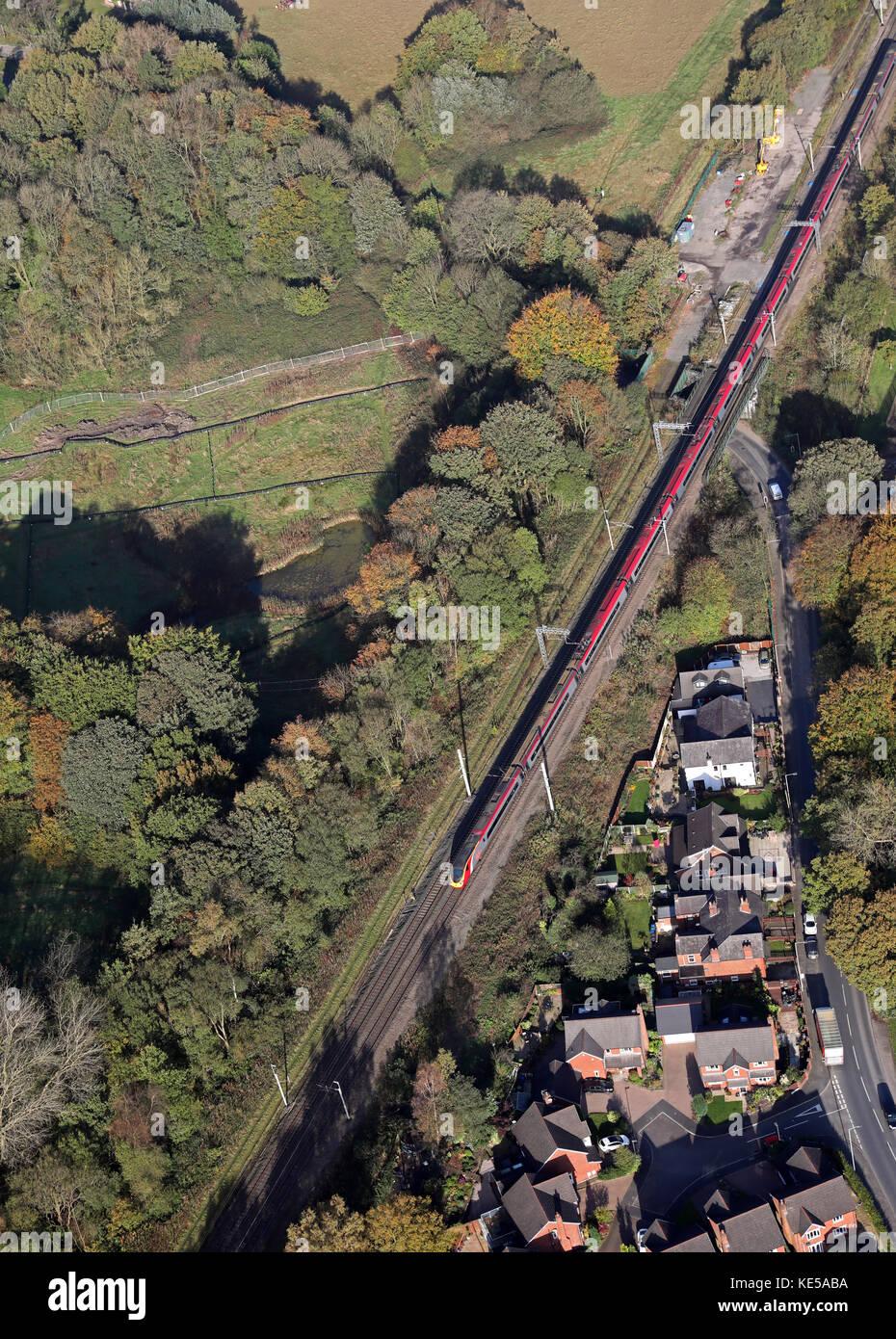 Vue aérienne d'une Virgin Trains train InterCity sur la ligne de la côte ouest, England, UK Banque D'Images