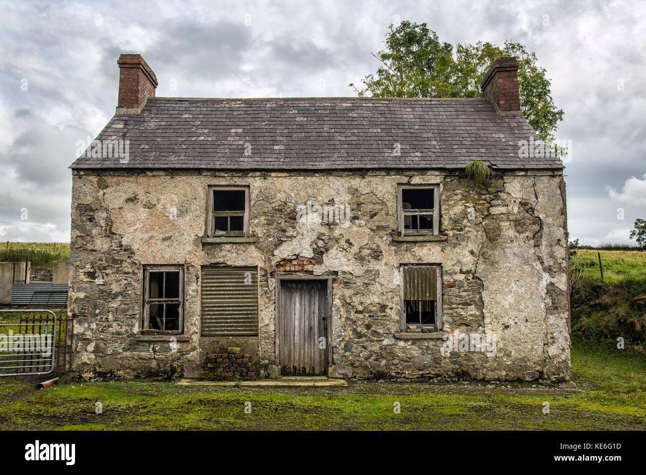 une vieille maison de ferme à l'abandon en irlande banque d'images