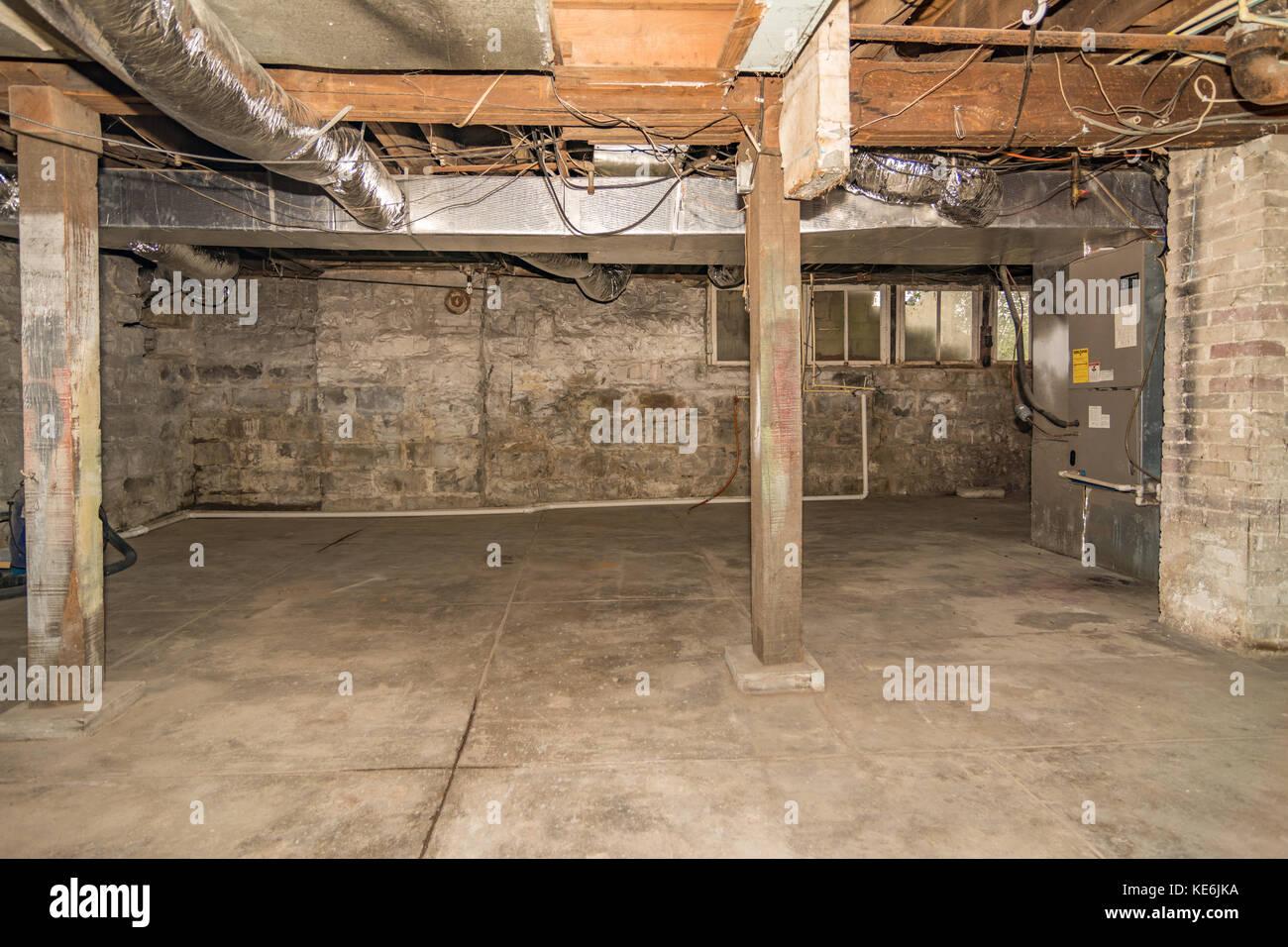 Sous-sol non fini intérieur de vieille maison américaine au Kentucky ...