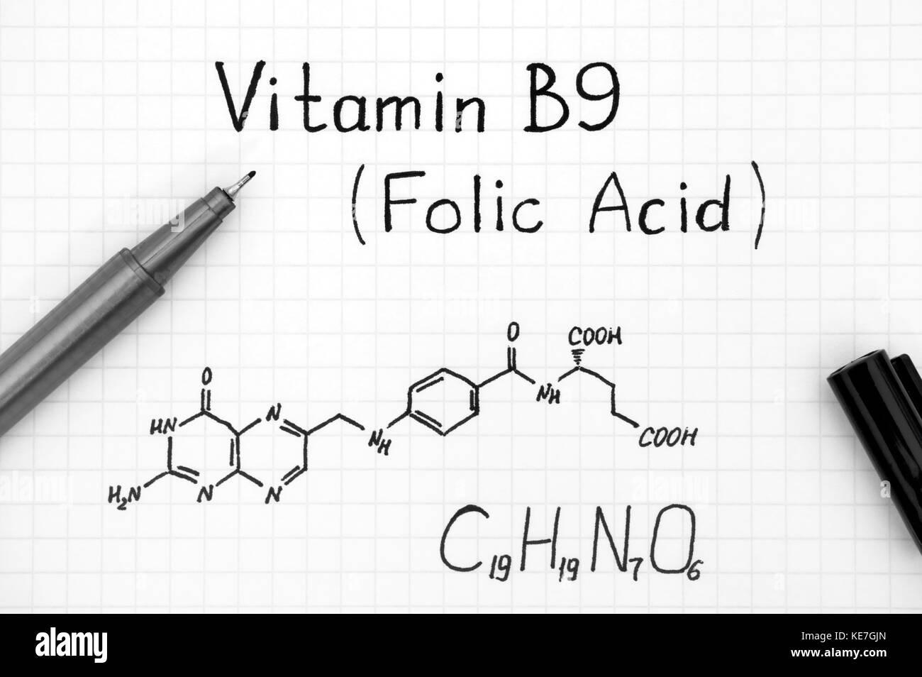 Formule chimique de la vitamine B9 (acide folique) avec stylo noir. close-up. Photo Stock