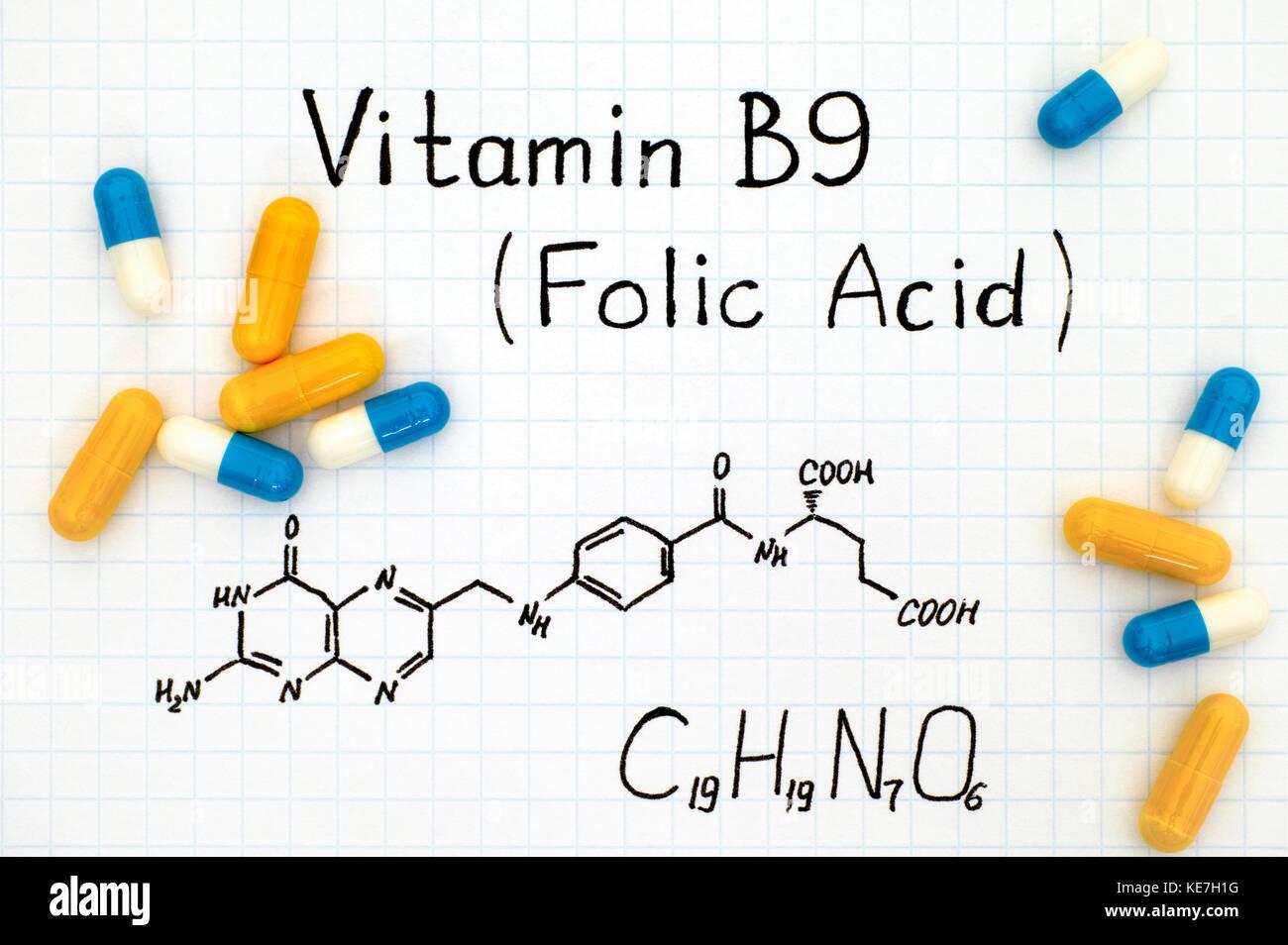 Formule chimique de la vitamine B9 (acide folique) avec pills. close-up. Photo Stock