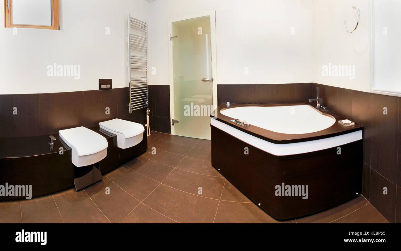 Salle de bains moderne avec grande baignoire d\'\'angle intérieur ...