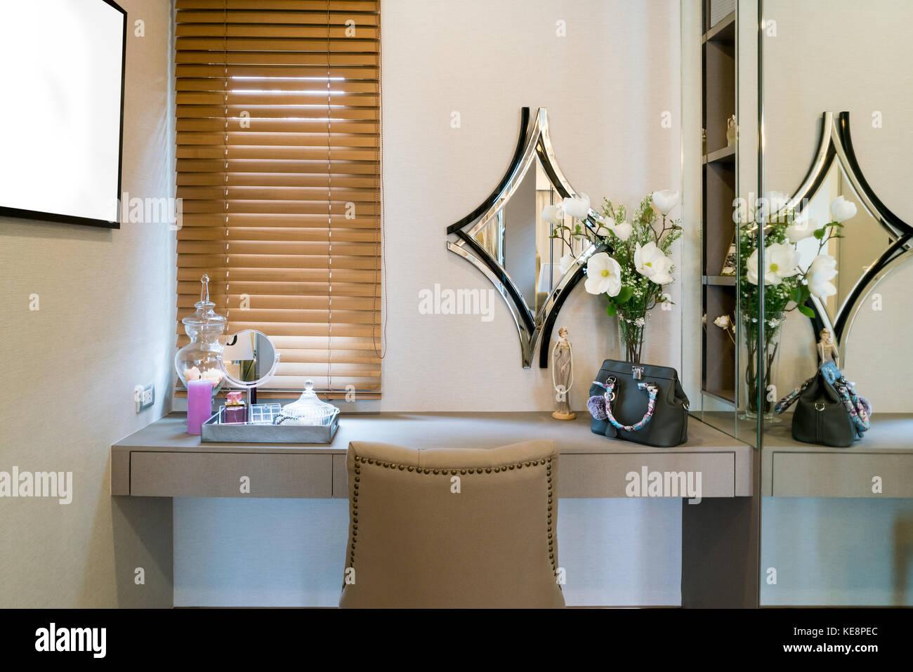 chambre moderne avec douche maquillage coiffeuse miroir cosm tique et produit en t l vision. Black Bedroom Furniture Sets. Home Design Ideas