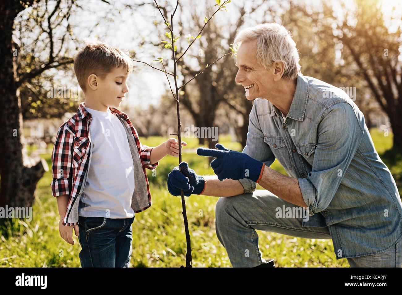 Ravi positive man en montrant le grandkid Photo Stock