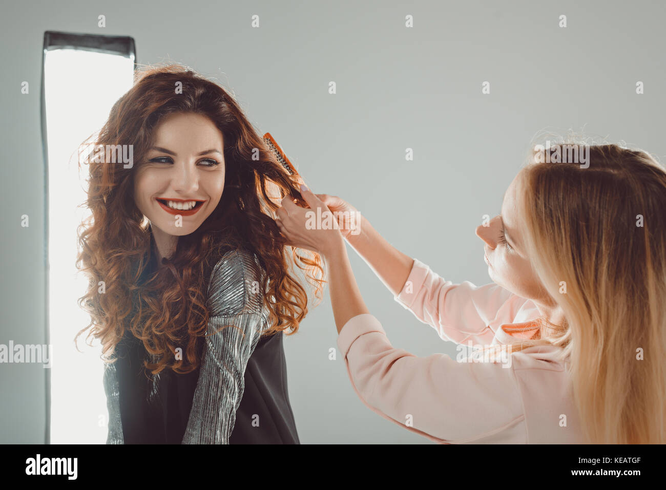 Smiling model et un coiffeur Photo Stock