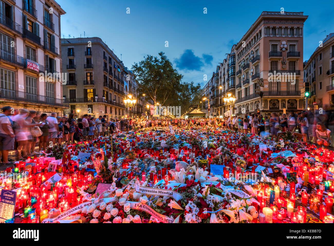 Les gens se rassemblaient sur Las Ramblas rue piétonnière autour du mémorial de fortune pour les victimes de l'attaque terroriste islamique à Barcelone, Catalogne, Spai Banque D'Images