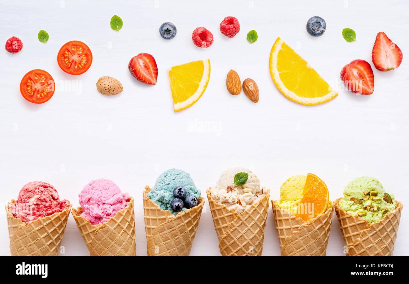 Divers de crème glacée à saveur de bleuets cônes fraise, pistache, amande, orange, cerise et Photo Stock