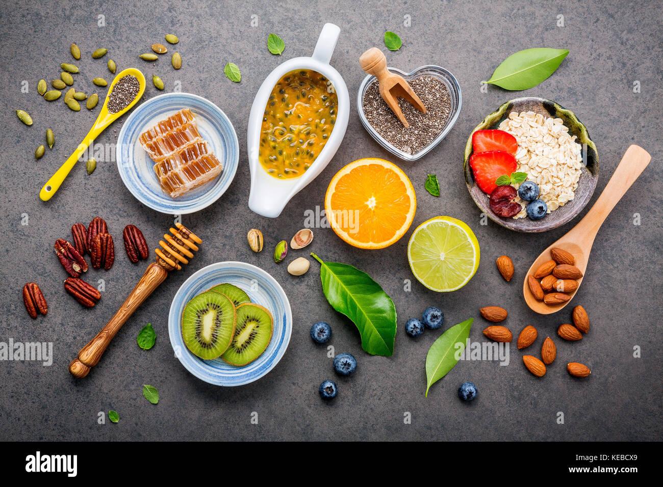 Ingrédients pour les aliments santé contexte noix mélangées, baies, fruits, miel, myrtille, Photo Stock