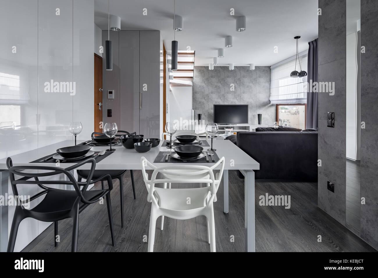 Maison moderne avec intérieur blanc, noir de la table et chaises ...