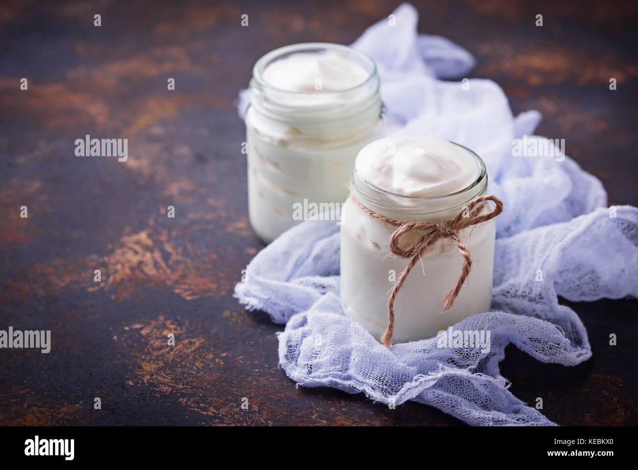Yaourt grec naturel dans des bocaux en verre. Photo Stock