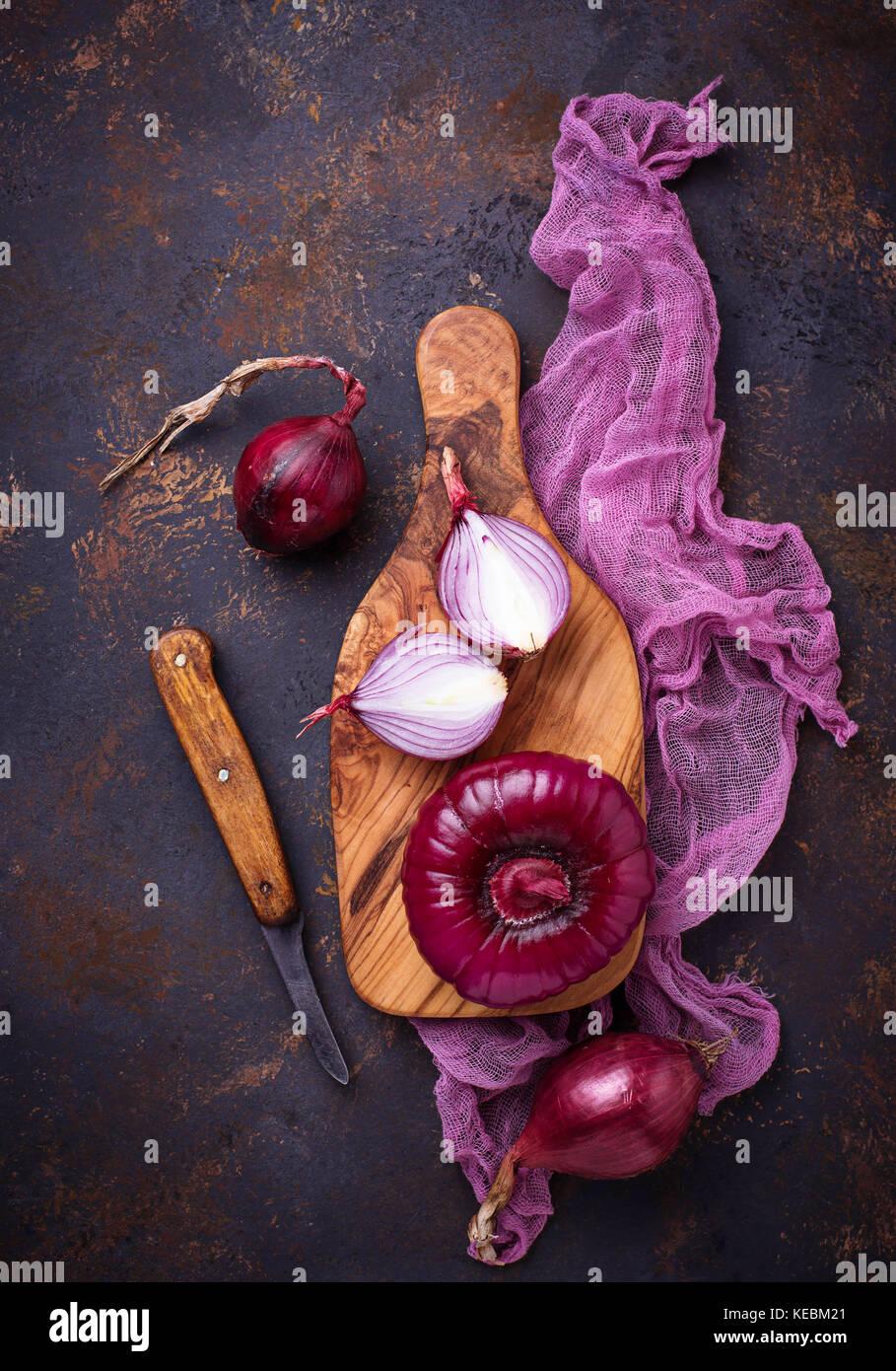 L'oignon rouge sur old rusty arrière-plan. Photo Stock