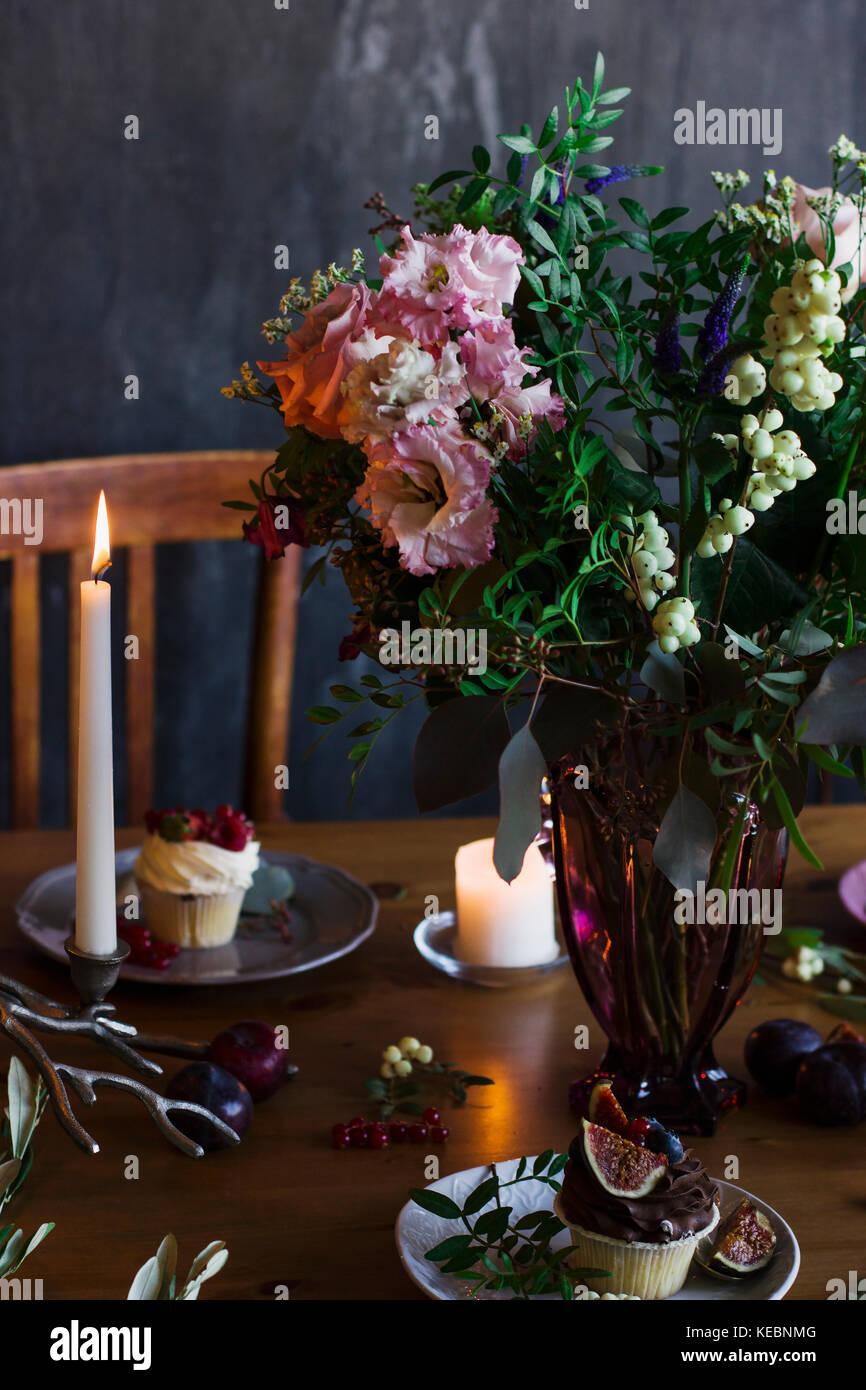 Le magnifique bouquet de fleurs rustiques sur table de fête Photo Stock