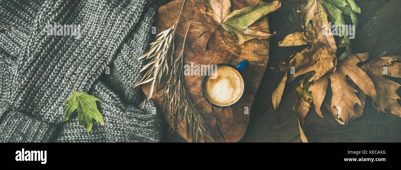 Café de l'automne avec les feuilles et concept chandail gris, vaste composition Photo Stock