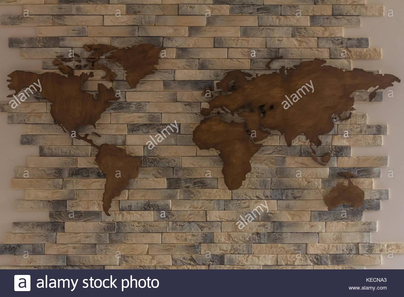 Carte Du Monde Sur Bois.En Bois Faits A La Main Carte Du Monde Sur Le Mur De Briques Banque
